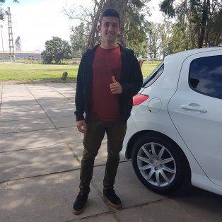 Después de la entrevista se subió al vehículo como uno de los acompañantes de Lucas Gamba.