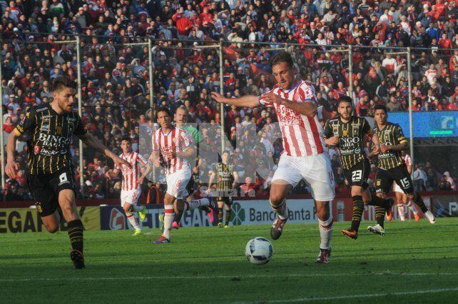 Uno de los puntos fuertes que posee el futbolista es la buena pegada que tiene para tirar centros.