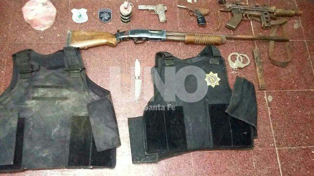 Cayeron dos hermanos vestidos  de policías con armas y balas