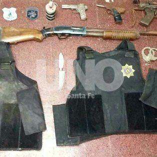 cayeron dos hermanos vestidos  de policias con armas y balas