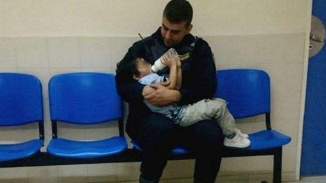 La tierna foto de un policía que cuidó de un nene de dos años que estaba perdido