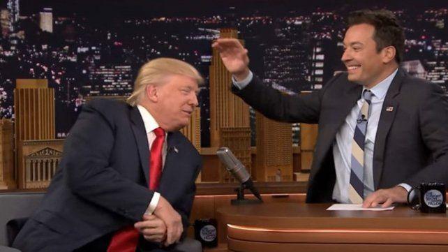 Conductor despeinó a Donald Trump para ver si usa peluca