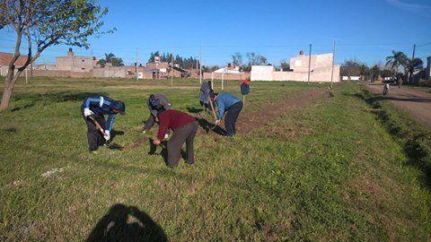 Manos a la obra. Un lindo día pasaron los vecinos al reunirse en el lugar donde se construirá la sede.