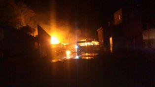 Un incendio de magnitud destruyó un frigorífico en San Jorge