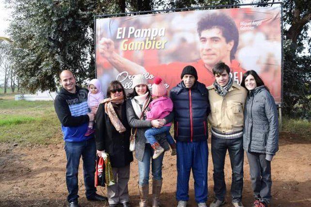 El Pampa Gambier junto a sus familiares en un reconocimiento que recibió en su Pellegrini natal.