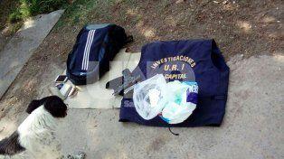 Reglamentaria. El policía llevaba su pistola provista por la policía y un chaleco de Investigaciones.