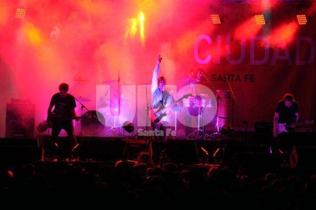Poder sonoro. Carneviva mostró con Zaragozi (bajo) y Moscovich (guitarra) versiones rockeras y furiosas.