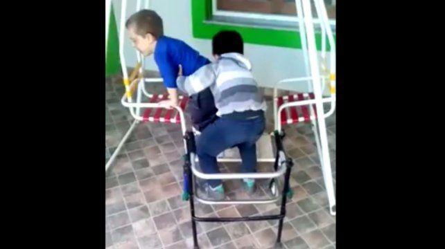 Conmovedor: Un nene ayuda a su amigo a subir a la hamaca