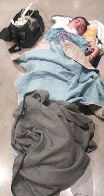 El aeropuerto de Londres dejó a un niño argentino tendido en el piso