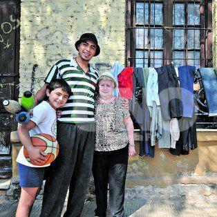Buena gente. Nicolás y su abuela tuvieron la iniciativa de proveer abrigo en la vía pública.