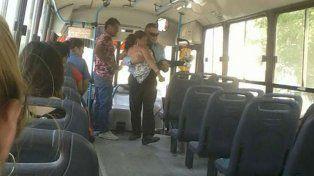El gesto de un chofer de colectivo con una pasajera