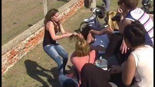 Una de las madres que aparece peleando durante un partido de fútbol hizo su descargo