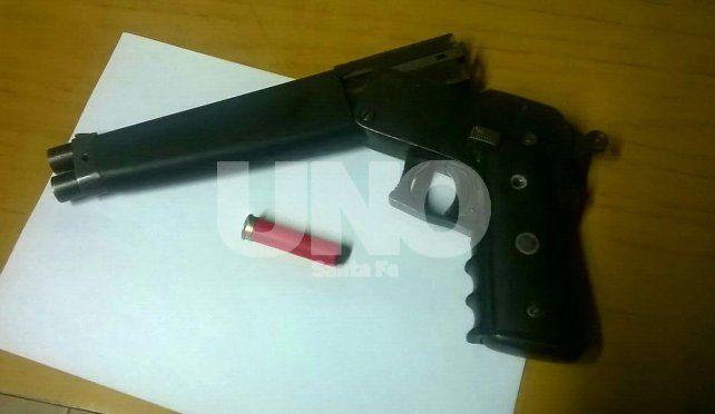 Aprehendieron en Rincón a dos violentos tiratiros y les secuestraron un pistolón cargado