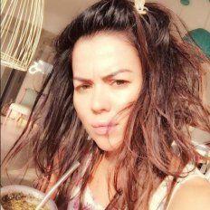 Despeinada y a cara lavada: así tomó mates Karina Jelinek