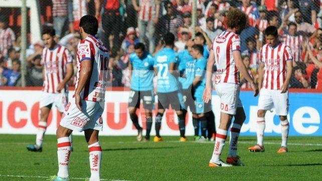 A lo lejos se observa el festejo del segundo gol de la visita y en primer plano el gesto de los hombres locales.