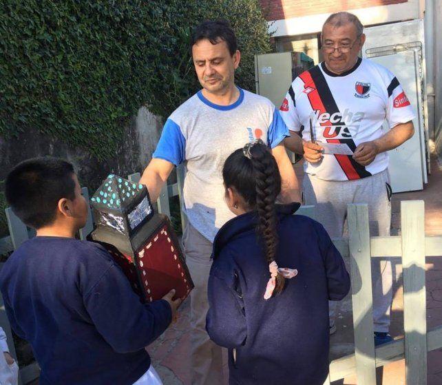 Sondeo. Los chicos de la escuela salieron a recolectar las respuestas de los vecinos de Escalante.