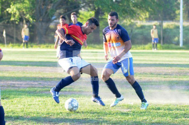 Wenceslao Weisser cuida la pelota ante la marca de Santiago Ingino