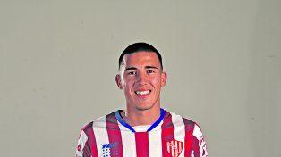 El rostro refleja la emoción del jugador de 19 años que debutará.