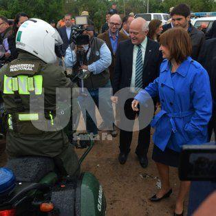 Gesto. La ministra Bullrich, sin protocolos, saludó a agentes de las fuerzas nacionales y de la policía de Santa Fe en Alto Verde.