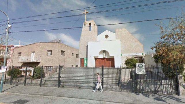 Un grupo de ladrones se llevó 4 mil pesos de una iglesia mientras el cura daba misa