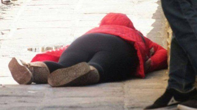 Estaba sentada en la vereda de su casa con un amigo y la mataron de ocho balazos