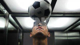 Emanuel Olivera se prestó a la producción de Ovación jugando con el balón en su cabeza