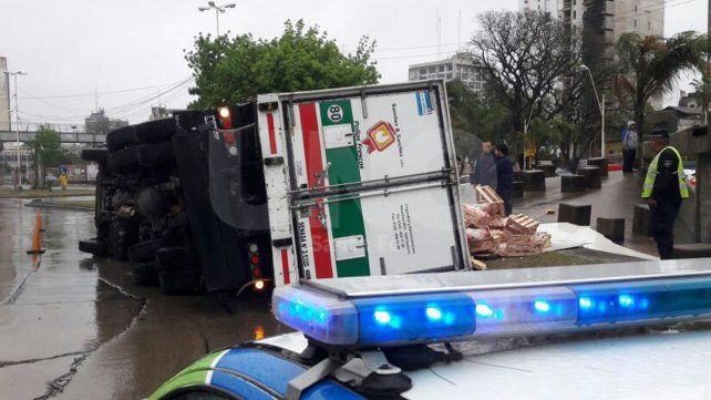 Volcó un camión cargado con pollos en plena avenida Alem