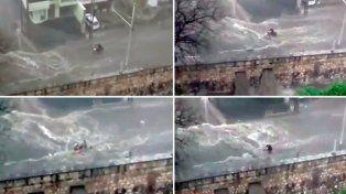 La lucha de un motociclista contra el temporal en la ciudad de Córdoba