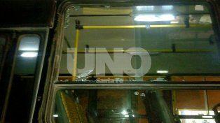 Rompió el vidrio de un colectivo de la Línea 9 y lo detuvieron