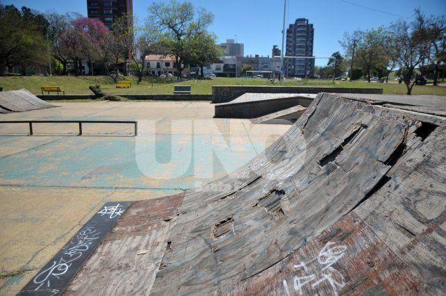 Así está la pista de skate hoy. Los vecinos y usuarios son los que piden que se recupere. Foto: J. M. Baialardo
