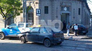 Llamativo. El taxi quedó parado en la vereda