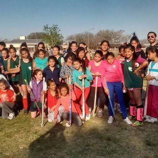 Por ellos y ellas. Las nenas practican hockey y los varones, fútbol. Lo hacen en Pje. Santa Fe y La Pampa.