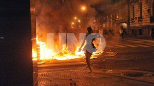 Enfrentamiento. Un grupo de manifestantes chocó con fuerzas de seguridad de la provincia frente a la Catedral de Rosario.