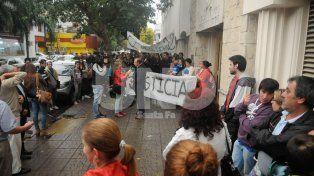 Justicia. La comunidad educativa del Instituto 12 junto a los familiares realizaron una manifestación para pedir por el esclarecimiento del hecho y la detención de los autores del crimen. Foto: José Busiemi