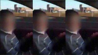 Un nene maneja en una autopista y su padre lo filma y lo alienta