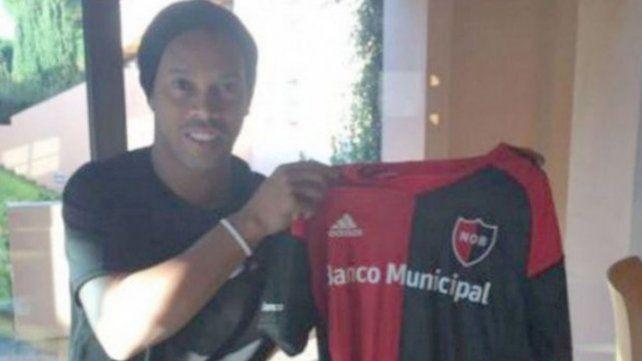 Ronaldinho posó con la camiseta de un equipo santafesino