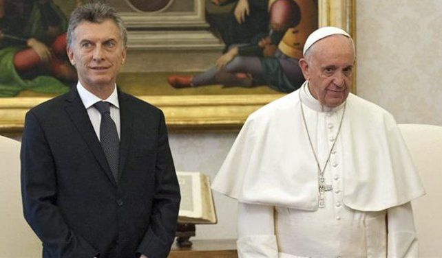 En la primera visita del mandatario al Papa hubo miradas desencontradas durante la foto oficial.