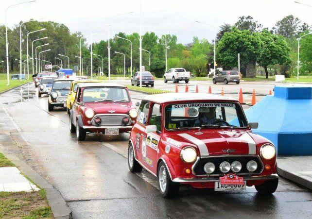 Más de 100 Mini Coopers cruzaron el Túnel subfluvial
