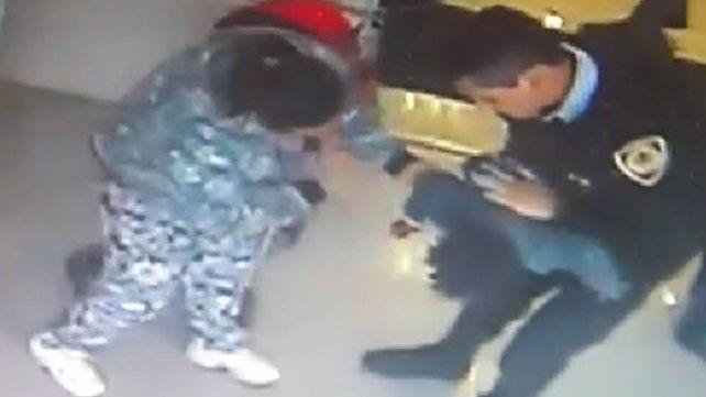 Un policía salvó a una beba de morir asfixiada