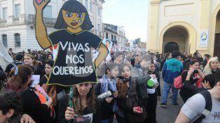 En un miércoles negro, cientos de mujeres pararon y marcharon contra los femicidios