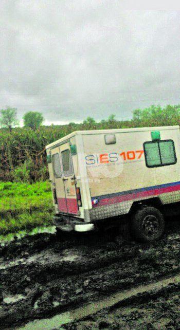 Varada. La unidad del 107 quedó empantanada y otra ambulancia terminó de realizar el traslado.