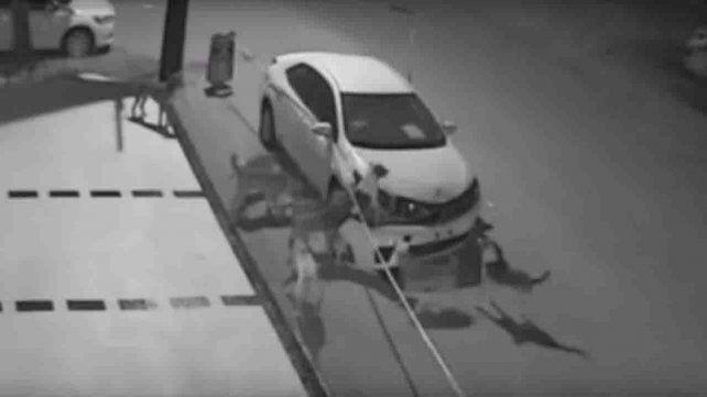 Se despertó con el auto roto, vio las cámaras de seguridad y se llevó una sorpresa