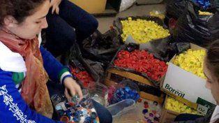 Estudiantes de Esperanza hicieron una vereda con tapitas de plástico