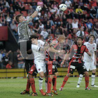 Blanco es el goleador de Colón, pero ante Patronato fue muy bien marcado por los defensores del Patrón.