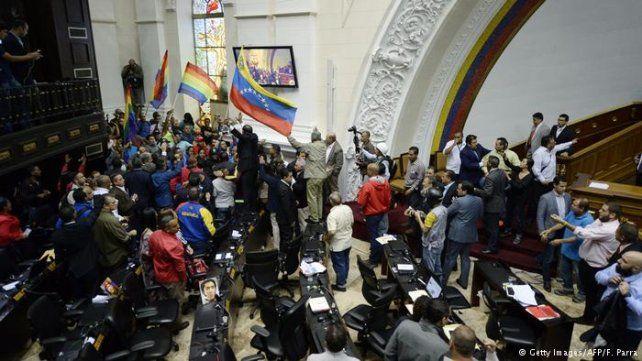 Tensión en Venezuela: chavistas tomó por asalto el edificio de la Asamblea Nacional