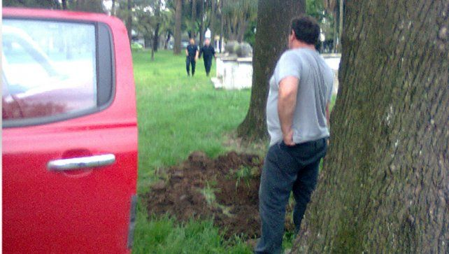 La policía llegó al lugar cuando los vecinos denunciaron que el hombre había hecho un pozo al lado de un árbol.