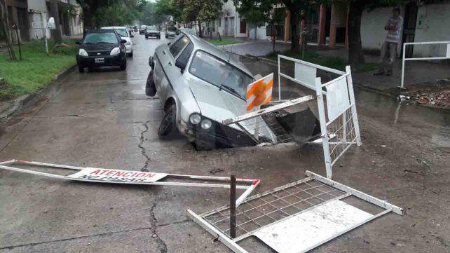 Un automovilista cayó dentro de un pozo en medio de la calle