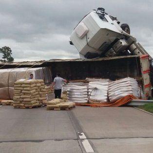 Impresionante vuelco de un camión en uno de los ingresos a la ciudad de Santa Fe