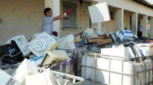 Residuos. Monitores que serán enviados a Córdoba para su disposición final en un relleno especial.
