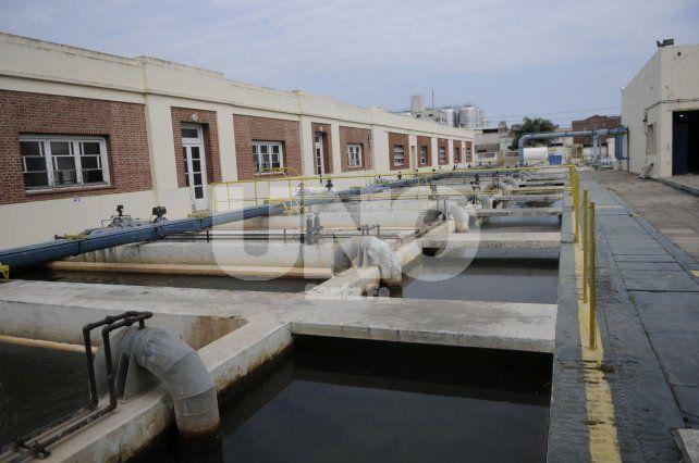 Agua y cloaca. La empresa brinda el servicio en 15 localidades de la provincia de Santa Fe.